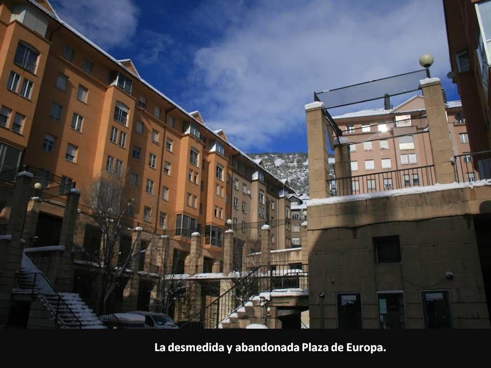 La desmedida y abandonada Plaza de Europa.