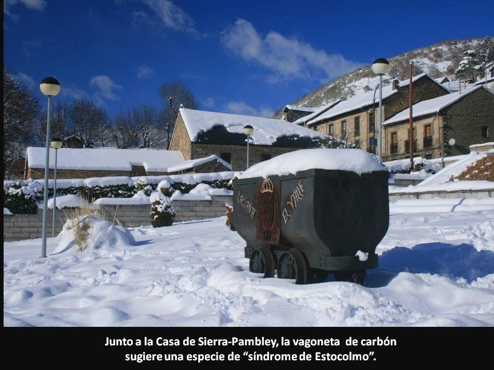 Junto a la Casa de Sierra-Pambley, la vagoneta de carbón