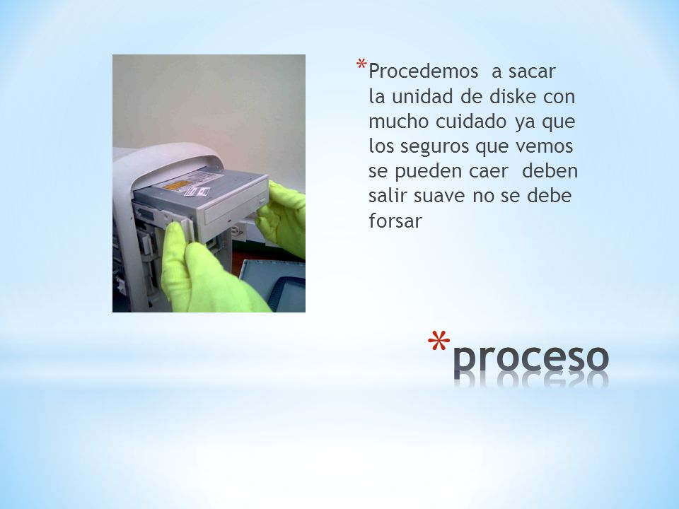 Procedemos a sacar la unidad de diske con mucho cuidado ya que los seguros que vemos se pueden caer deben salir suave no se debe forsar