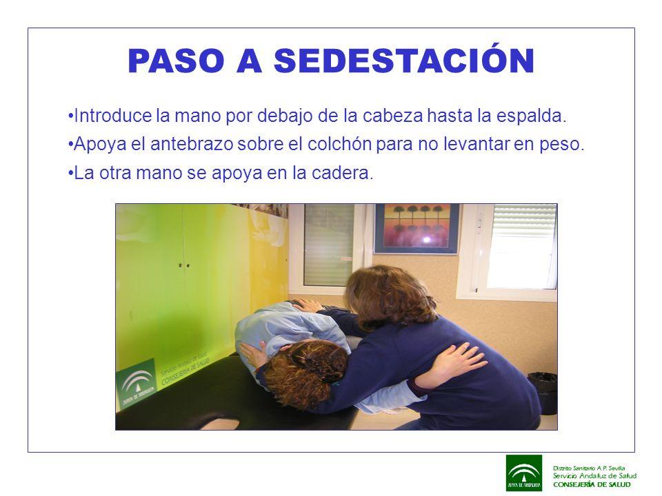 PASO A SEDESTACIÓN Introduce la mano por debajo de la cabeza hasta la espalda. Apoya el antebrazo sobre el colchón para no levantar en peso.