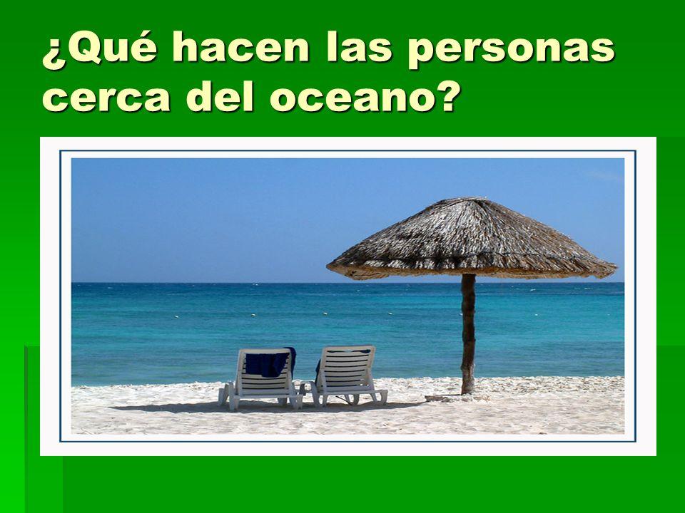 ¿Qué hacen las personas cerca del oceano
