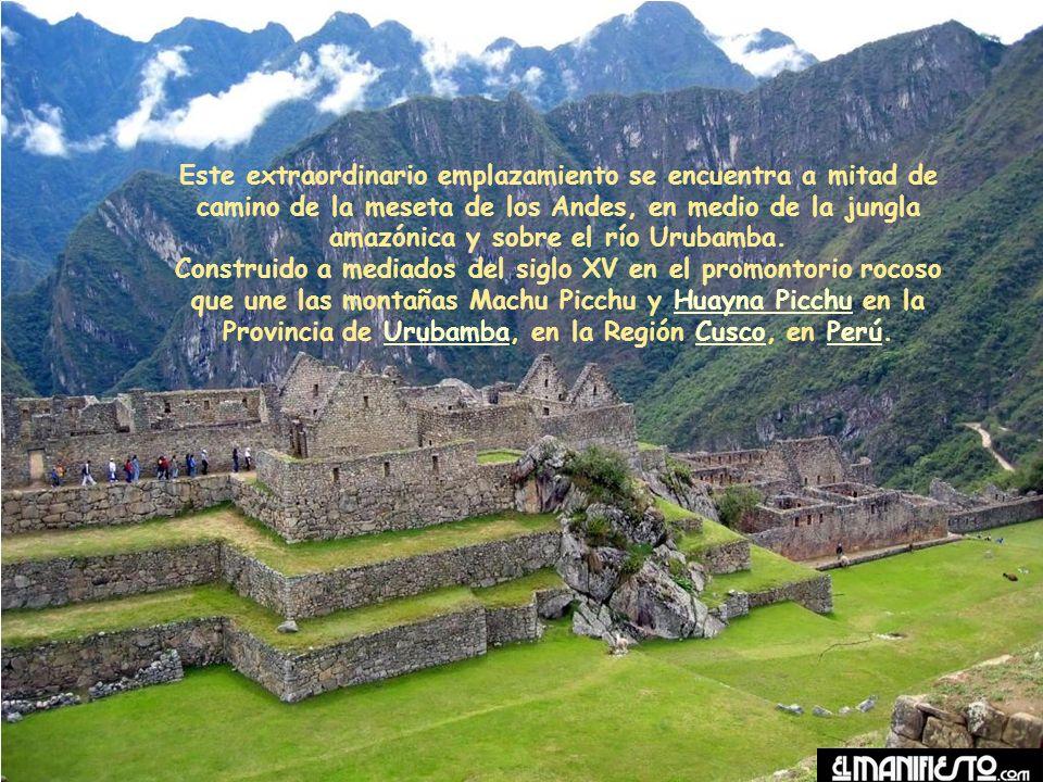 Este extraordinario emplazamiento se encuentra a mitad de camino de la meseta de los Andes, en medio de la jungla amazónica y sobre el río Urubamba.