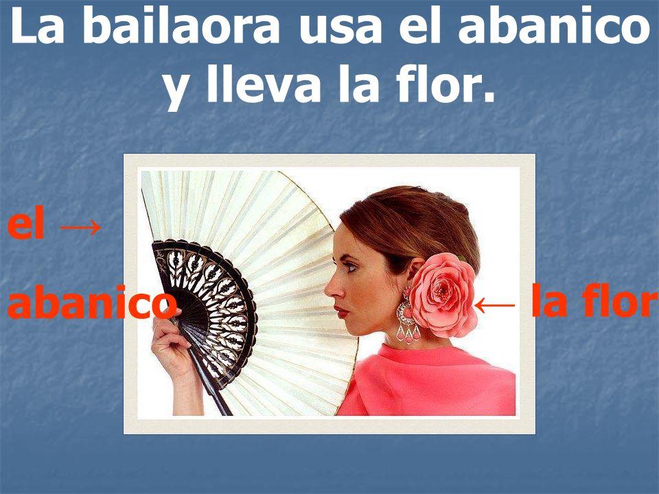 La bailaora usa el abanico y lleva la flor.