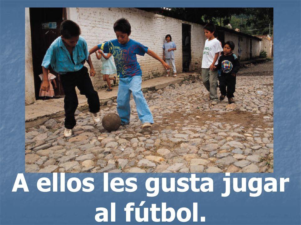 A ellos les gusta jugar al fútbol.