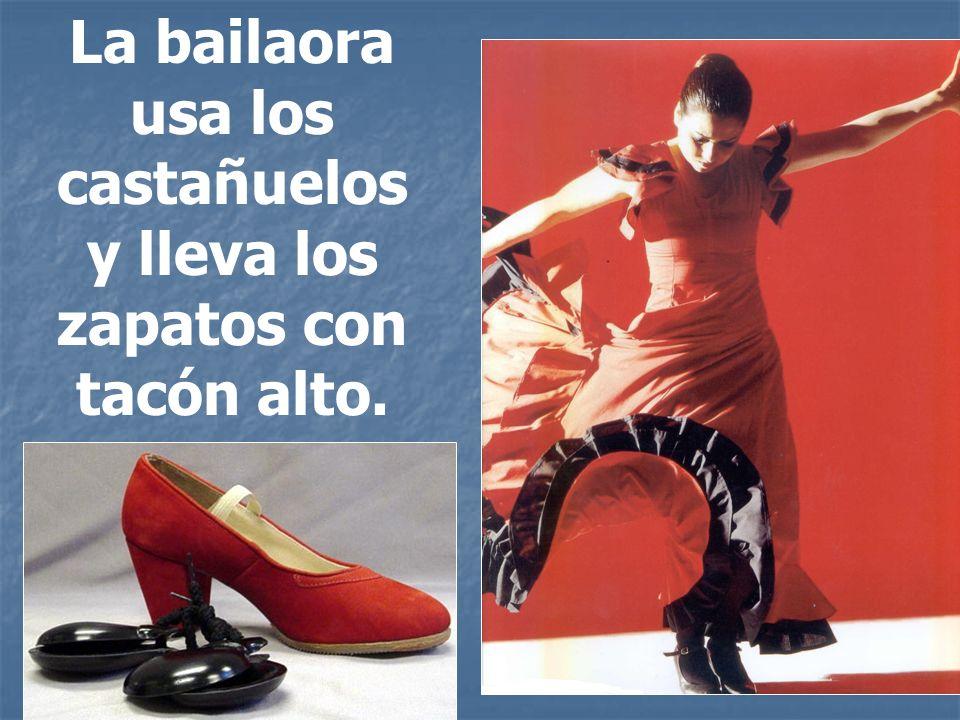 La bailaora usa los castañuelos y lleva los zapatos con tacón alto.