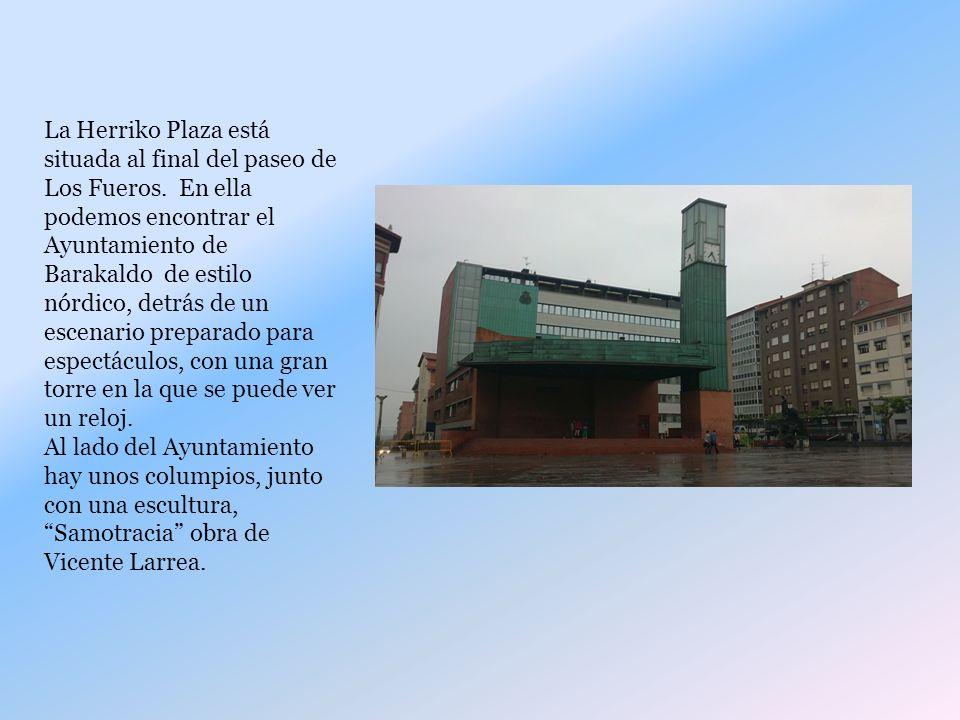 La Herriko Plaza está situada al final del paseo de Los Fueros