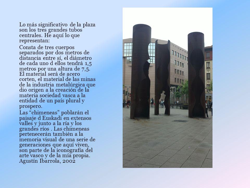 Lo más significativo de la plaza son los tres grandes tubos centrales