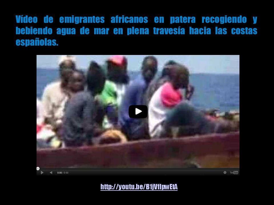 Vídeo de emigrantes africanos en patera recogiendo y bebiendo agua de mar en plena travesía hacia las costas españolas.