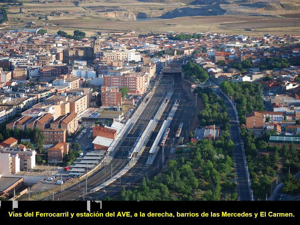 Vías del Ferrocarril y estación del AVE, a la derecha, barrios de las Mercedes y El Carmen.