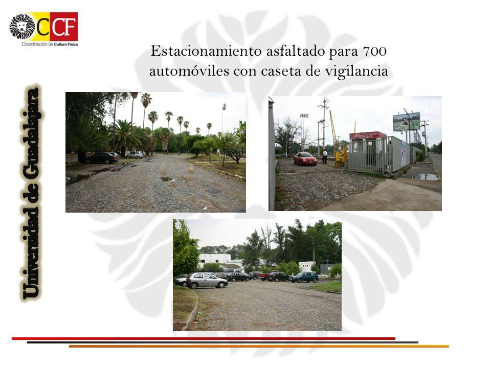 Estacionamiento asfaltado para 700 automóviles con caseta de vigilancia
