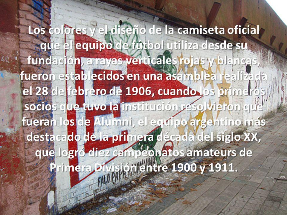 Los colores y el diseño de la camiseta oficial que el equipo de fútbol utiliza desde su fundación, a rayas verticales rojas y blancas, fueron establecidos en una asamblea realizada el 28 de febrero de 1906, cuando los primeros socios que tuvo la institución resolvieron que fueran los de Alumni, el equipo argentino más destacado de la primera década del siglo XX, que logró diez campeonatos amateurs de Primera División entre 1900 y 1911.