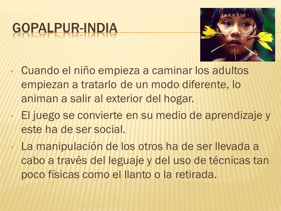 Gopalpur-IndiaCuando el niño empieza a caminar los adultos empiezan a tratarlo de un modo diferente, lo animan a salir al exterior del hogar.