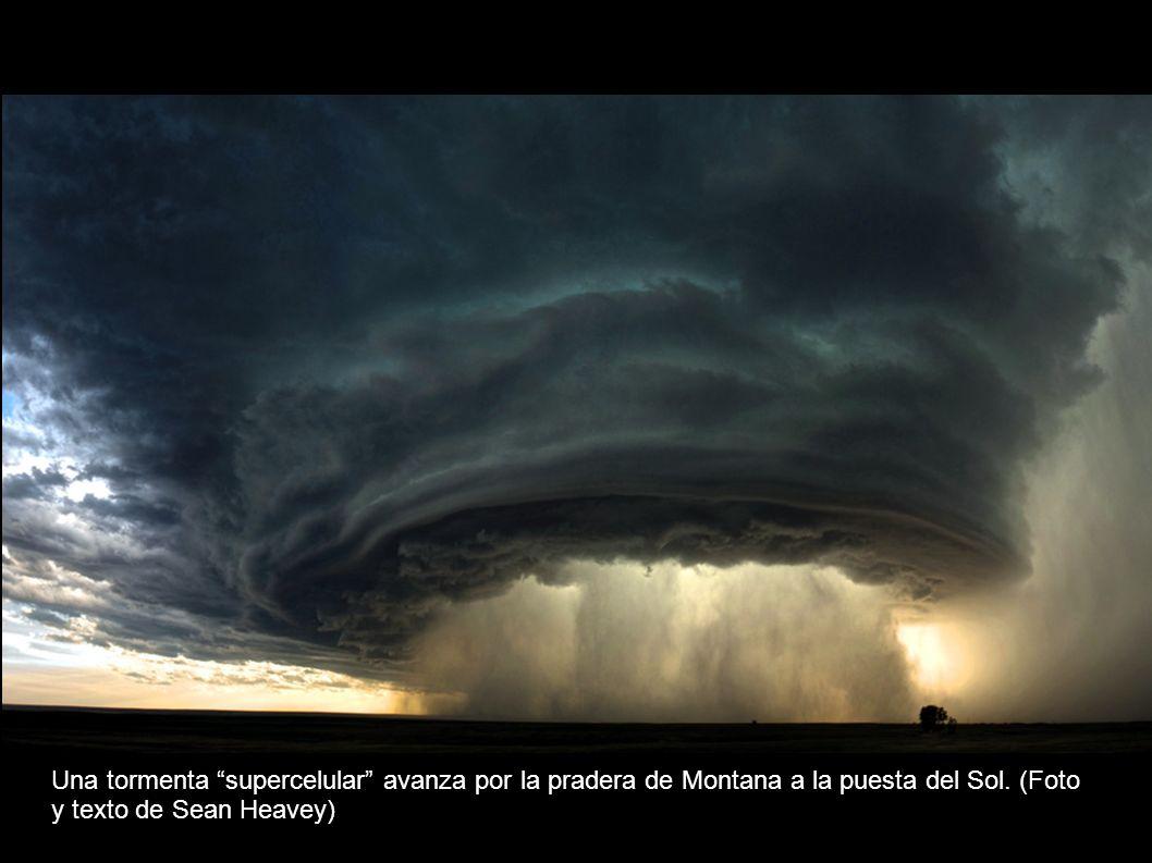 Una tormenta supercelular avanza por la pradera de Montana a la puesta del Sol.