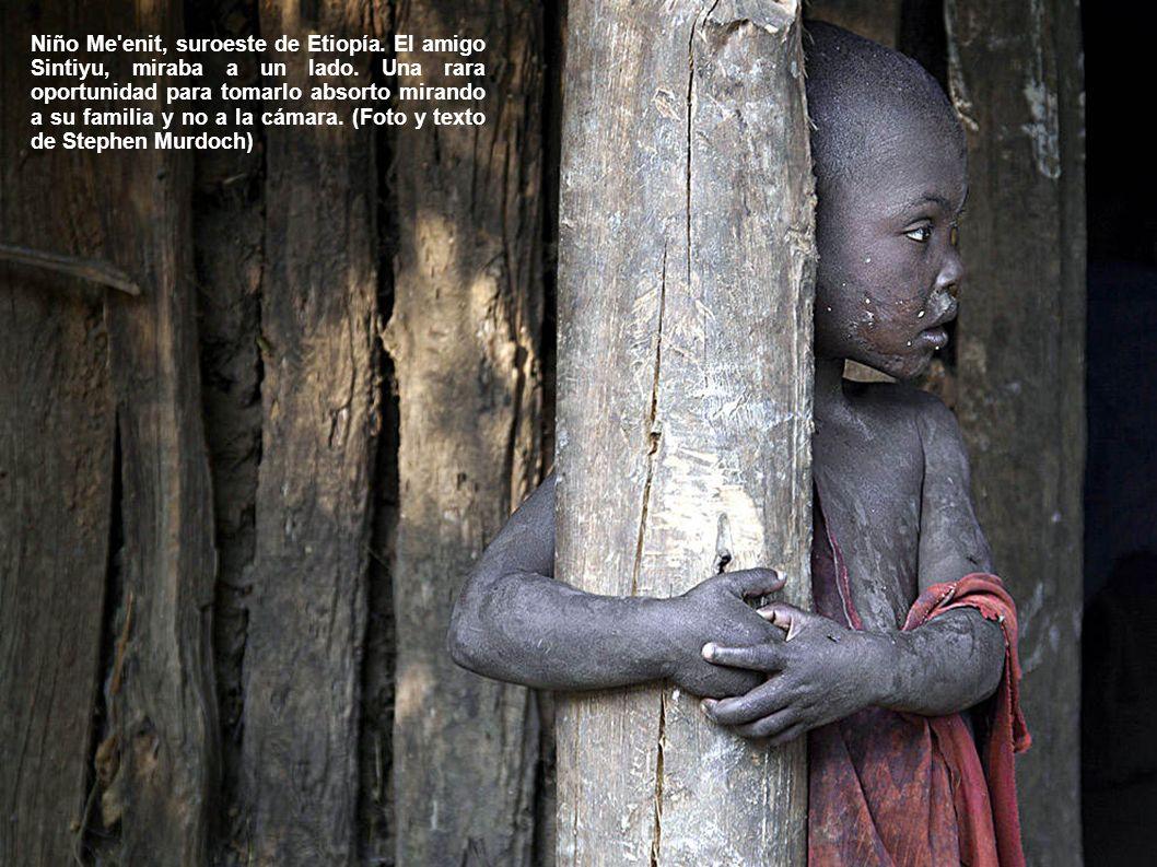 Niño Me enit, suroeste de Etiopía. El amigo Sintiyu, miraba a un lado