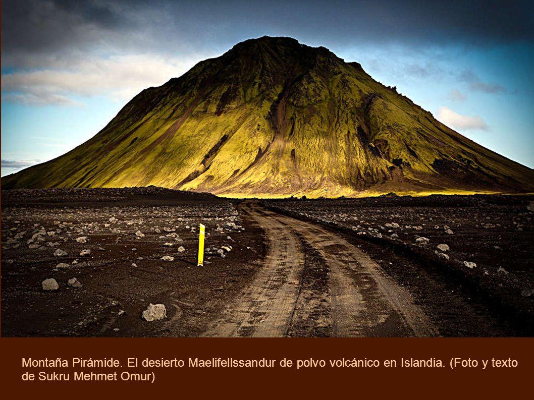 Montaña Pirámide. El desierto Maelifellssandur de polvo volcánico en Islandia.