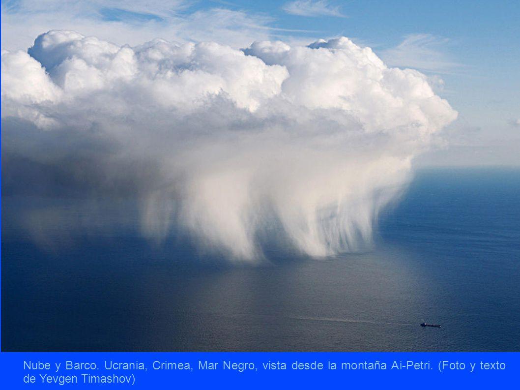 Nube y Barco. Ucrania, Crimea, Mar Negro, vista desde la montaña Ai-Petri.