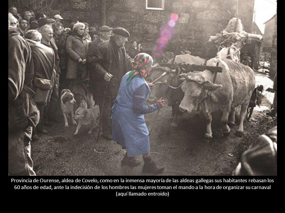 Provincia de Ourense, aldea de Covelo, como en la inmensa mayoría de las aldeas gallegas sus habitantes rebasan los 60 años de edad, ante la indecisión de los hombres las mujeres toman el mando a la hora de organizar su carnaval (aquí llamado entroido)