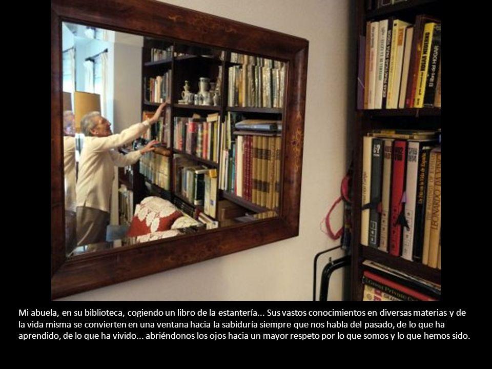 Mi abuela, en su biblioteca, cogiendo un libro de la estantería