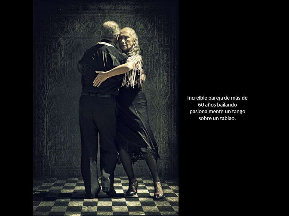 Increíble pareja de más de 60 años bailando pasionalmente un tango sobre un tablao.