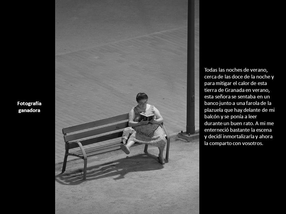 Todas las noches de verano, cerca de las doce de la noche y para mitigar el calor de esta tierra de Granada en verano, esta señora se sentaba en un banco junto a una farola de la plazuela que hay delante de mi balcón y se ponía a leer durante un buen rato. A mi me enterneció bastante la escena y decidí inmortalizarla y ahora la comparto con vosotros.