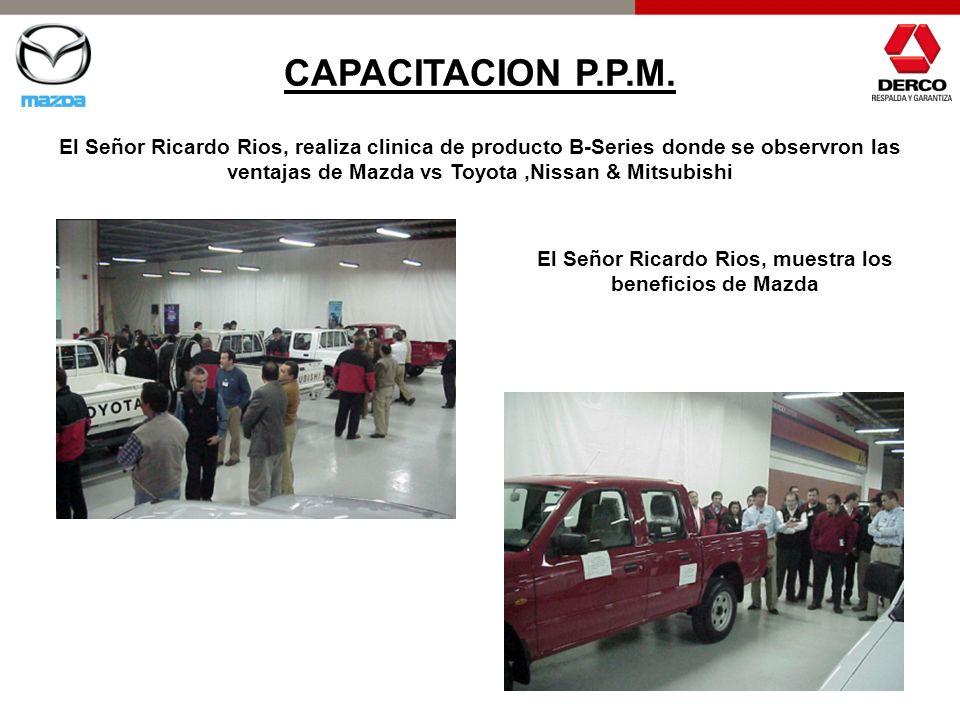 El Señor Ricardo Rios, muestra los beneficios de Mazda