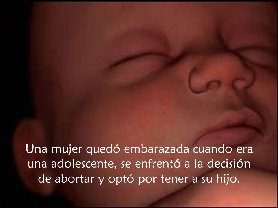 Una mujer quedó embarazada cuando era una adolescente, se enfrentó a la decisión de abortar y optó por tener a su hijo.