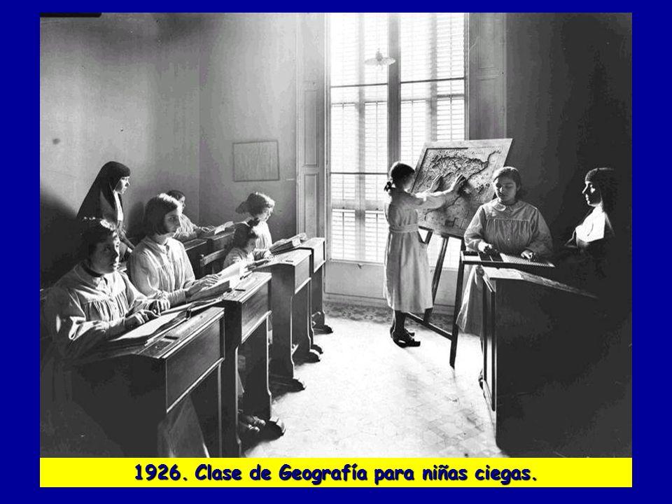 1926. Clase de Geografía para niñas ciegas.