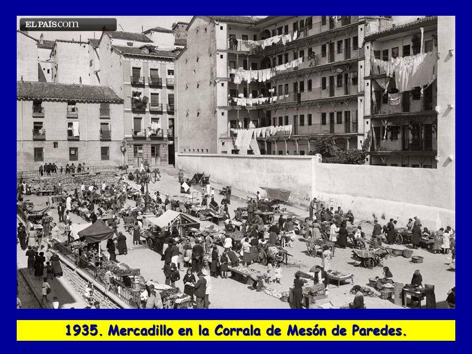1935. Mercadillo en la Corrala de Mesón de Paredes.