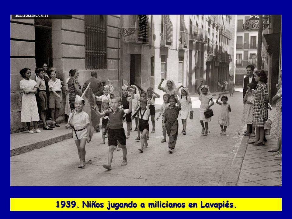 1939. Niños jugando a milicianos en Lavapiés.