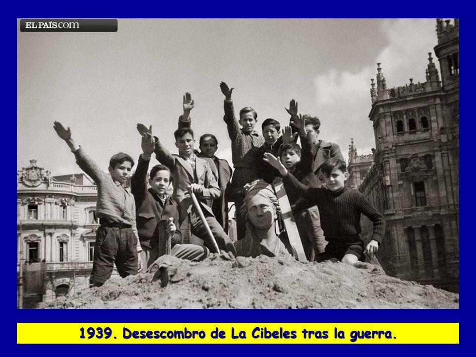 1939. Desescombro de La Cibeles tras la guerra.