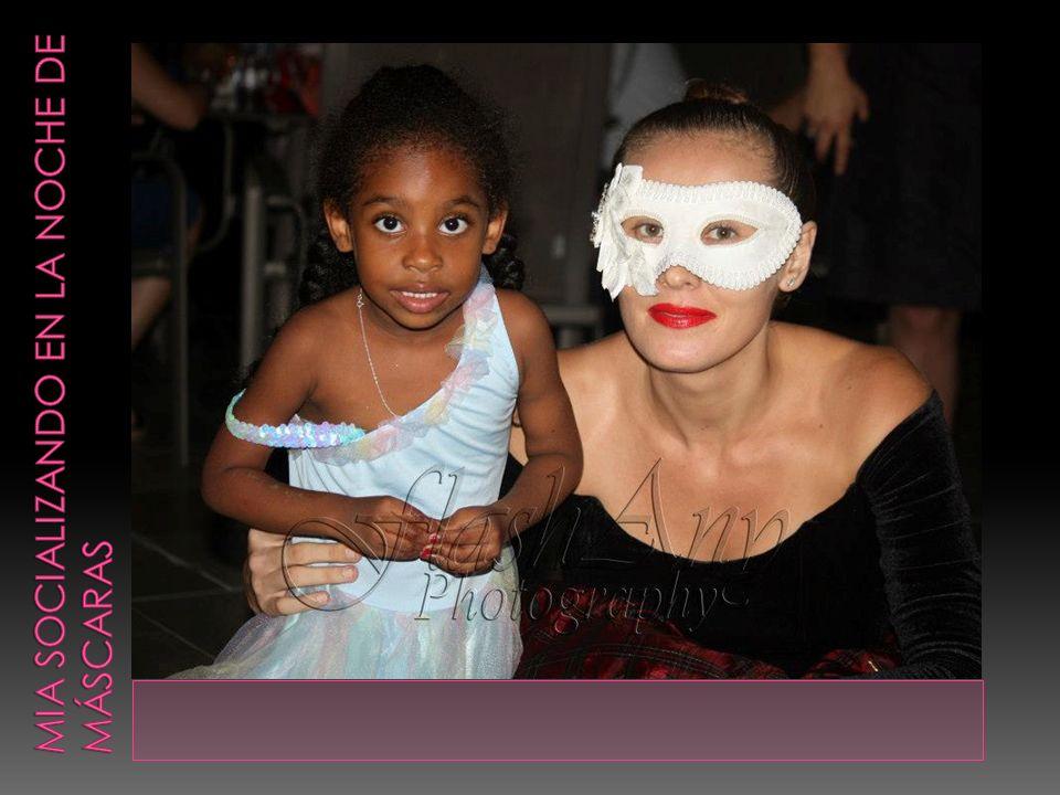 Mia socializando en la noche de máscaras