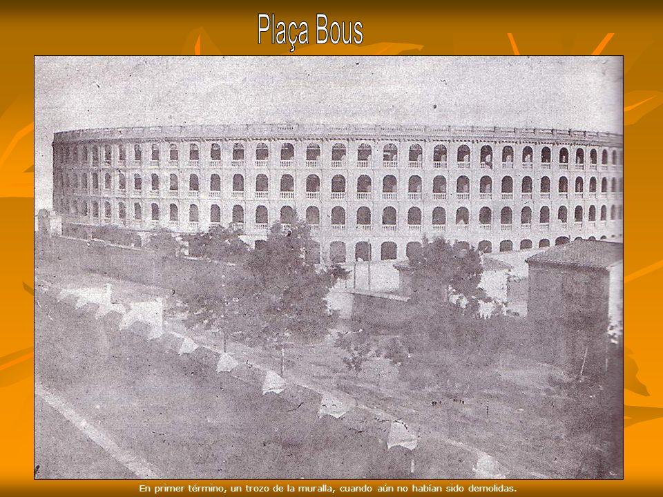 Plaça Bous En primer término, un trozo de la muralla, cuando aún no habían sido demolidas.
