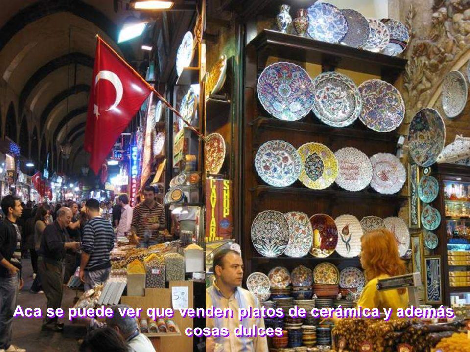 Aca se puede ver que venden platos de cerámica y además cosas dulces