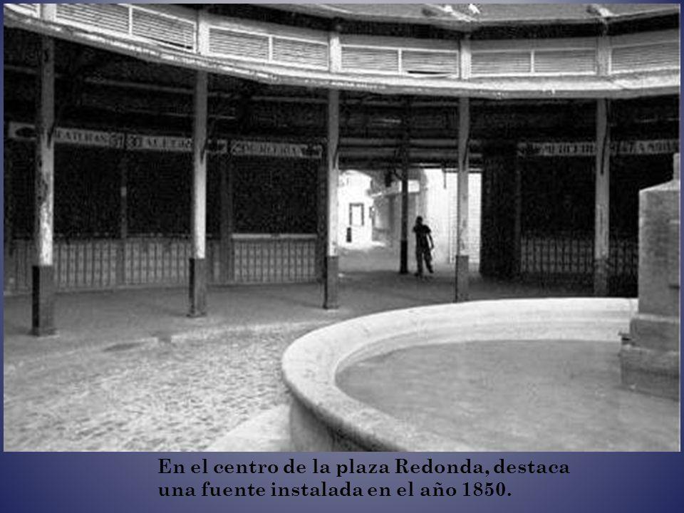 En el centro de la plaza Redonda, destaca una fuente instalada en el año 1850.