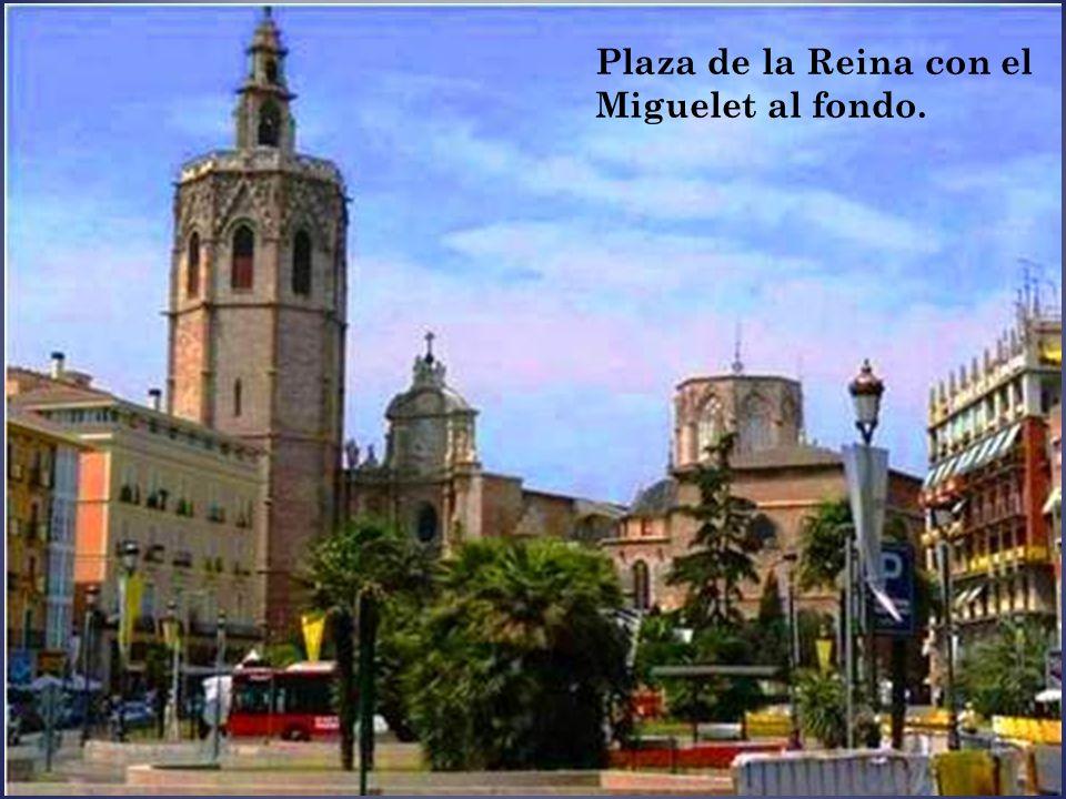 Plaza de la Reina con el Miguelet al fondo.