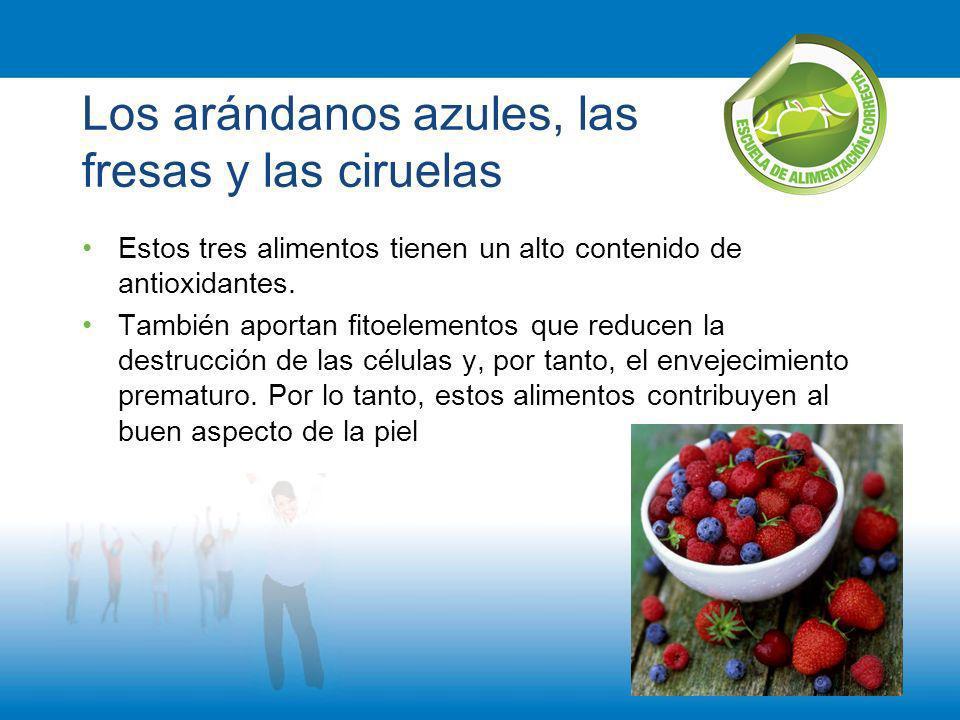 Los arándanos azules, las fresas y las ciruelas
