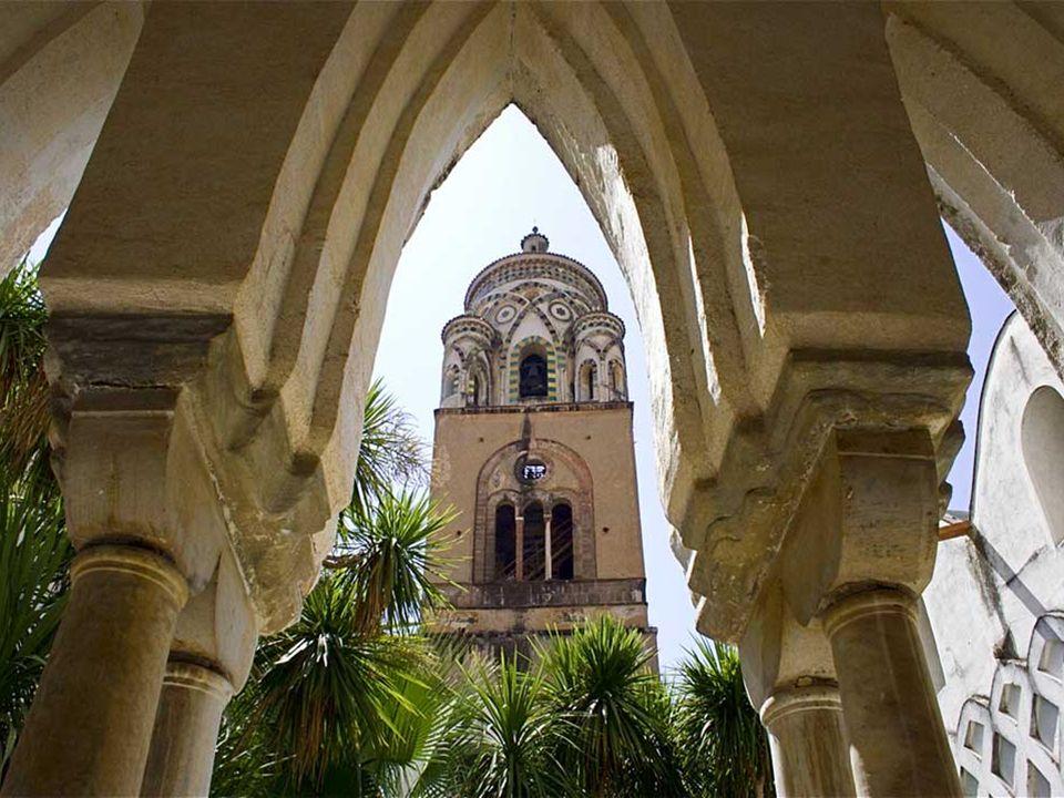 Desde el siglo IX se alza su catedral de estilo árabe-normando, blanca, gris y dorada y cuenta con un campanario del siglo XIII
