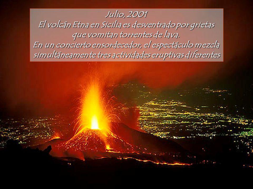 El volcán Etna en Sicilia es desventrado por grietas