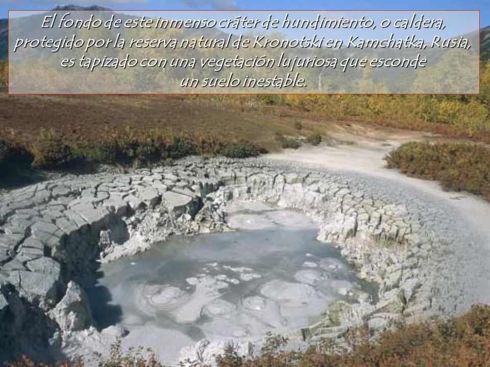 El fondo de este inmenso cráter de hundimiento, o caldera,