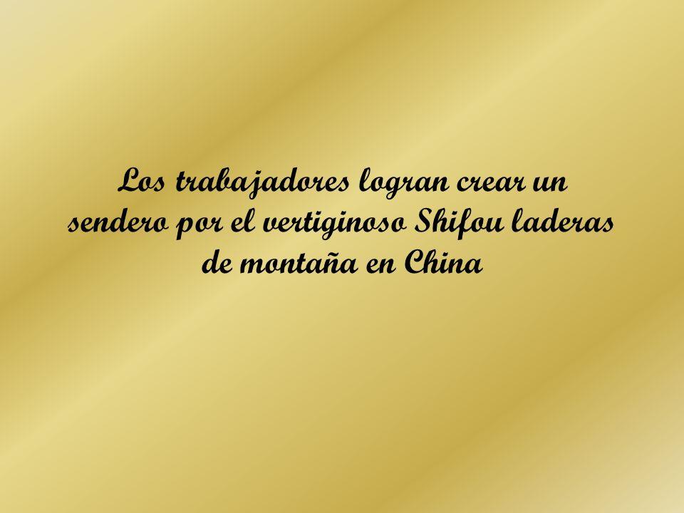 Los trabajadores logran crear un sendero por el vertiginoso Shifou laderas de montaña en China