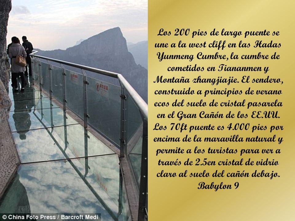 Los 200 pies de largo puente se une a la west cliff en las Hadas Yunmeng Cumbre, la cumbre de cometidos en Tiananmen y Montaña zhangjiajie. El sendero, construido a principios de verano ecos del suelo de cristal pasarela en el Gran Cañón de los EE.UU. Los 70ft puente es 4.000 pies por encima de la maravilla natural y permite a los turistas para ver a través de 2.5en cristal de vidrio claro al suelo del cañón debajo.
