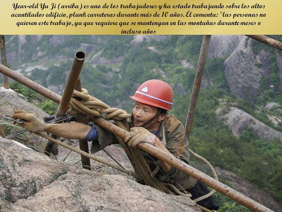 Year-old Yu Ji (arriba) es uno de los trabajadores y ha estado trabajando sobre los altos acantilados edificio, plank carreteras durante más de 10 años.