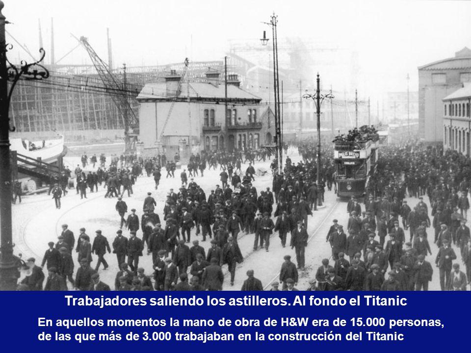 Trabajadores saliendo los astilleros. Al fondo el Titanic