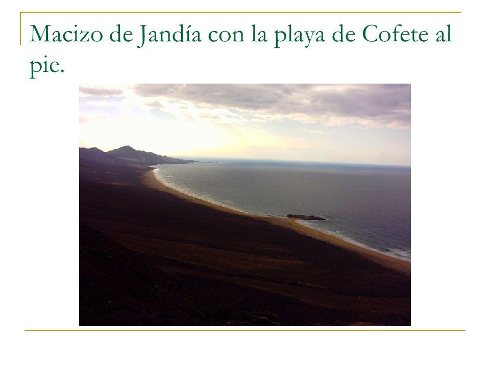 Macizo de Jandía con la playa de Cofete al pie.