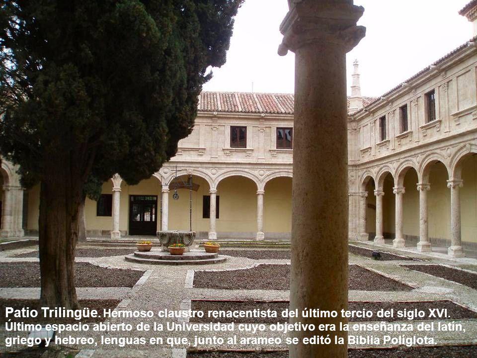 Patio Trilingüe. Hermoso claustro renacentista del último tercio del siglo XVI.