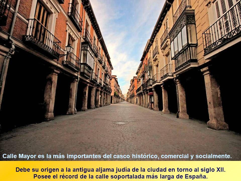 Posee el récord de la calle soportalada más larga de España.