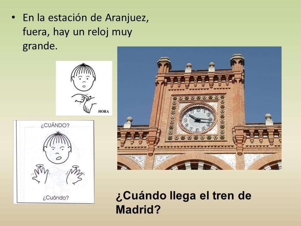 En la estación de Aranjuez, fuera, hay un reloj muy grande.