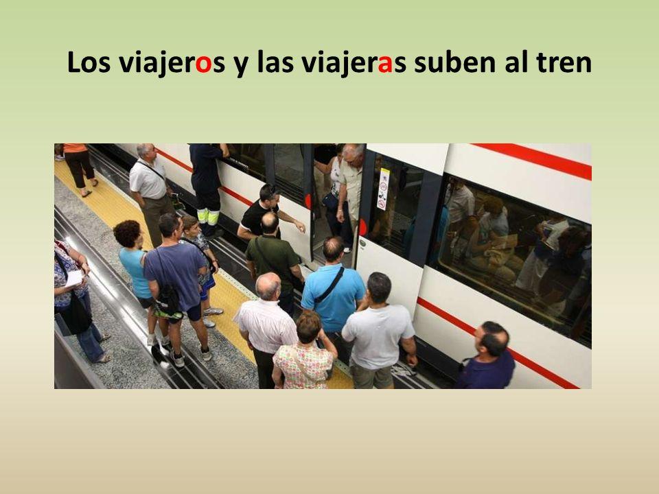 Los viajeros y las viajeras suben al tren