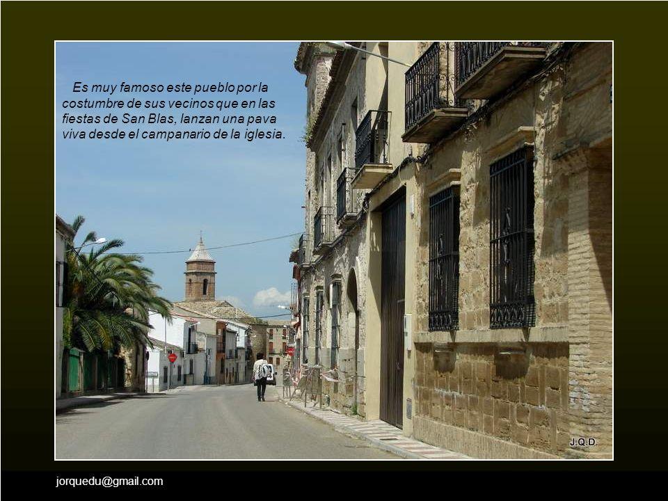 Es muy famoso este pueblo por la costumbre de sus vecinos que en las fiestas de San Blas, lanzan una pava viva desde el campanario de la iglesia.