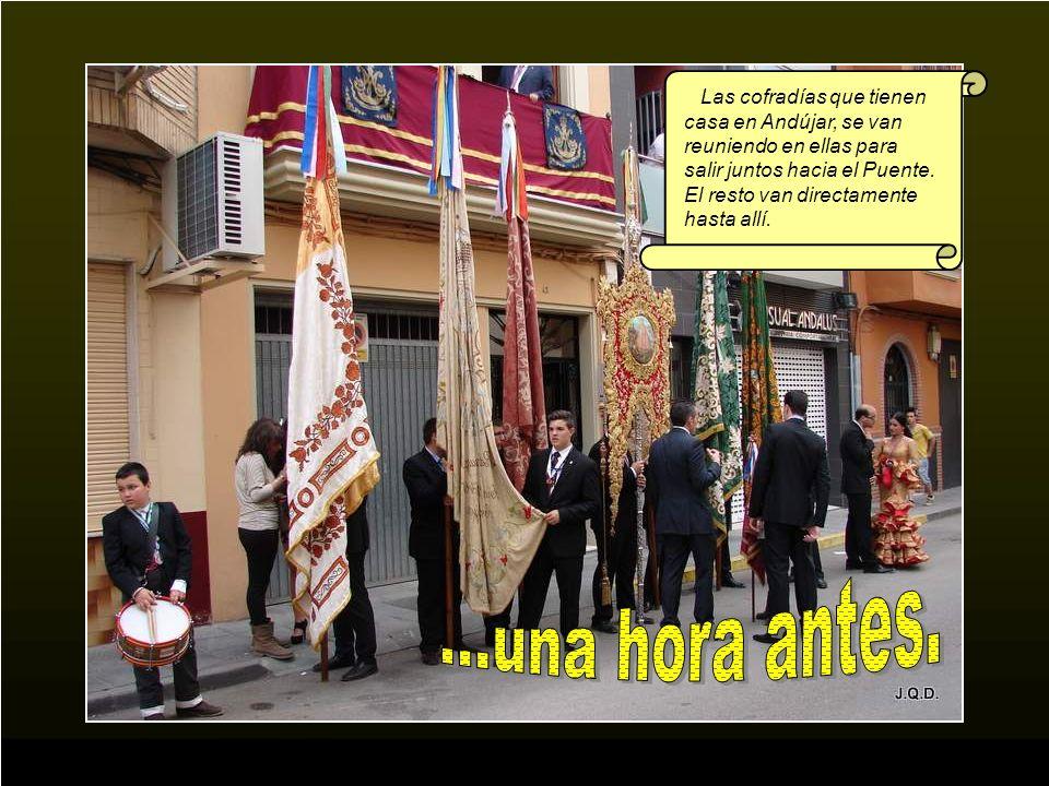 Las cofradías que tienen casa en Andújar, se van reuniendo en ellas para salir juntos hacia el Puente. El resto van directamente hasta allí.